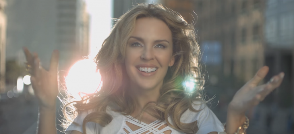 "Kylie Minogue não permitiu que beijo gay fosse cortado do clipe ""All The Lovers"""